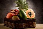 Mand met tropische vruchten — Stockfoto