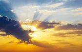Foto de cielo dramático con el sol — Foto de Stock
