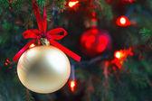 背景には、コピー領域のツリー構造に火をつけられたクリスマス飾り — ストック写真