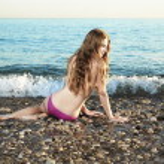 hermosa joven tumbado en la playa — Foto de Stock