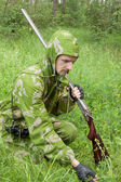 Hunter with an old rifle is considering the trail — Stock Photo