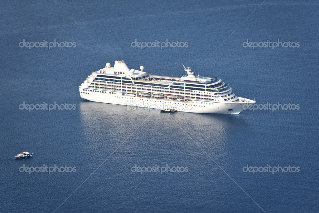An image of a cruiser in the blue ocean — Stock Photo #6789436