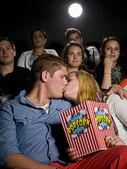 Genç bir çift sinemada — Stok fotoğraf