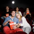 casal com medo no cinema — Foto Stock