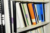 Prateleira de biblioteca completa de referências — Foto Stock