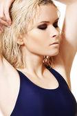 Estilo de vida saludable, deporte. mujer moda joven en traje de baño azul sport — Foto de Stock