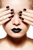 Hög mode stil, manikyr, kosmetika och make-up. mörka läppar make-up — Stockfoto