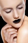 Mooie mannequin met zwarte lippen make-up, perfecte huid — Stockfoto