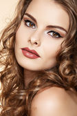 Bella donna con make-up moda e lucida i capelli ricci — Foto Stock