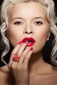 Cosméticos, accesorios y romántico estilo retro. hermosa rubia sexy — Foto de Stock
