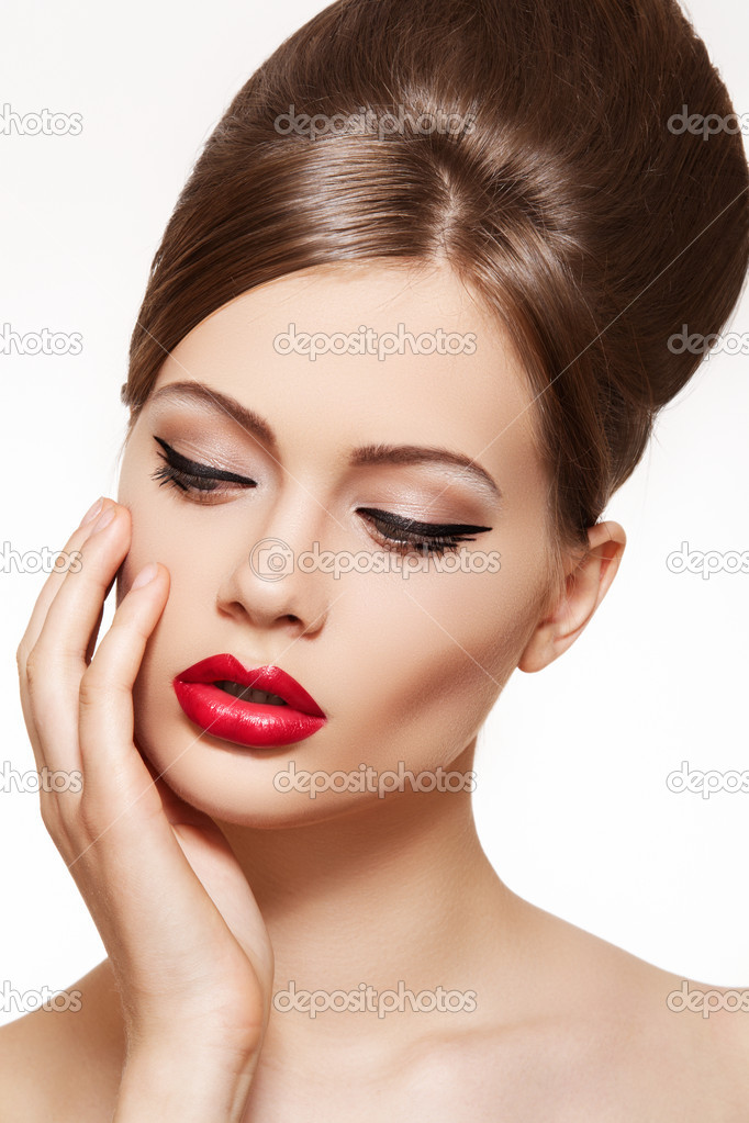 Beautiful portrait of sensual european young woman model with glamour red lips make-up, eye arrow makeup, purity skin. Retro beauty style. — Stock Photo #6913417