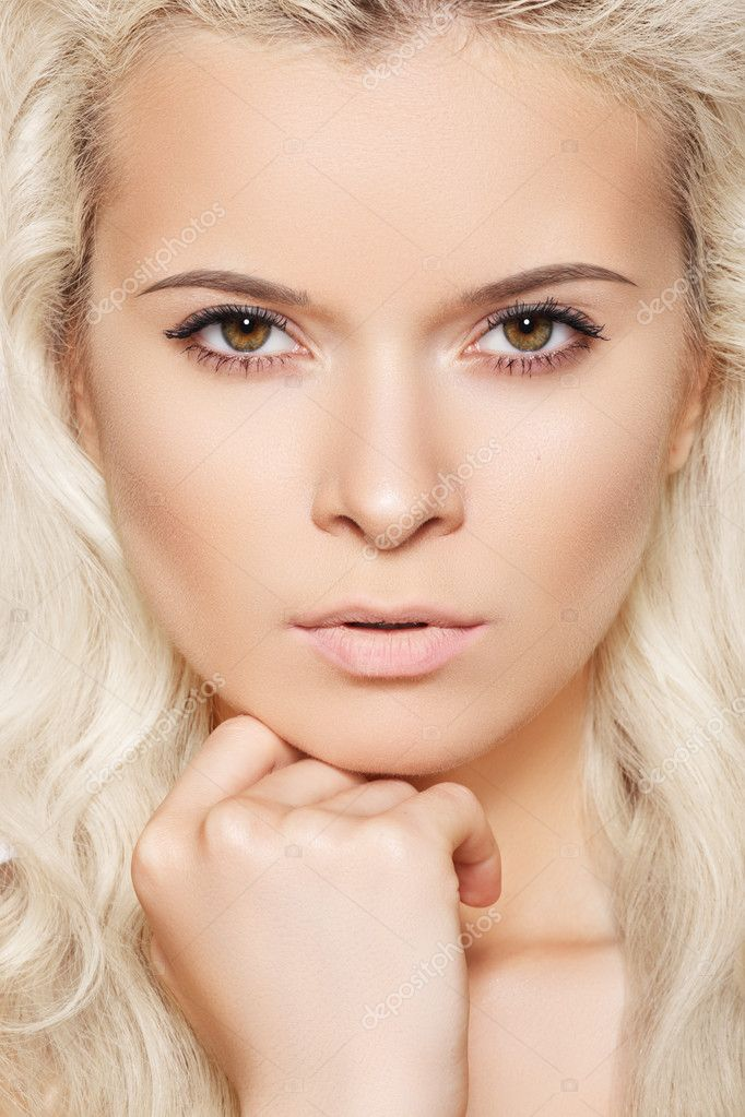 Alluring model face with naturel daily spa make-up and long blond hair. Purity skin, shiny hair.  Foto Stock #6913556