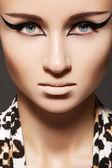 Cat eye liner glamour makyajlı kadın manken. — Stok fotoğraf