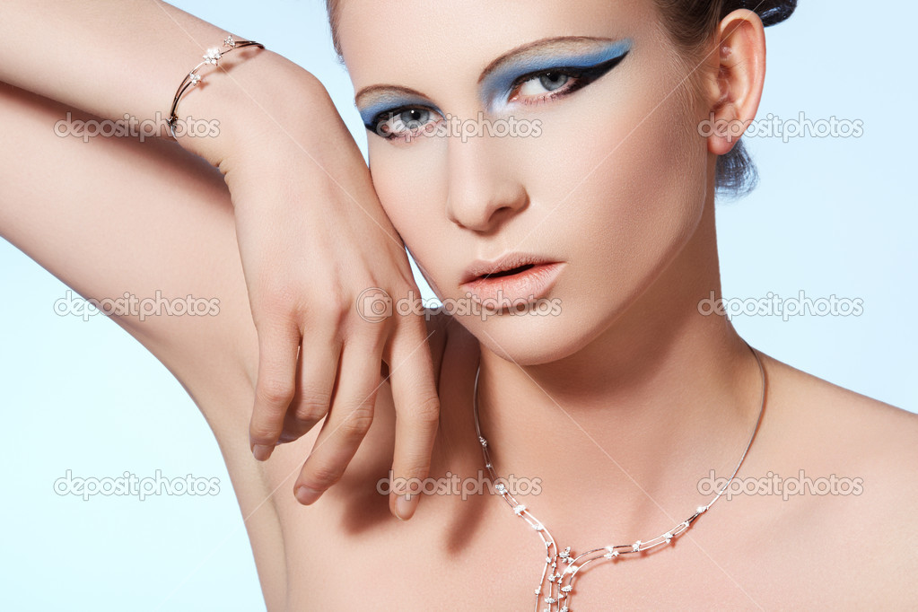 Chic beautiful woman model with luxury brilliant jewelry. Shiny diamond on white gold necklace and bracelet. — Stock Photo #7118478
