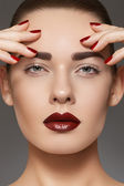 Luxus-mode-stil, maniküre, kosmetik und make-up. dunkle lippen-make-up — Stockfoto