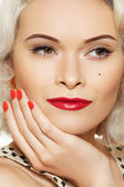 Портрет красивой молодой сексуальные женщины с ретро макияж и прическа — Стоковое фото