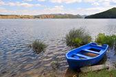 одноместный лодка на берегу озера — Стоковое фото