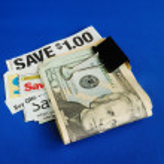 versneden sommige coupons om geld te besparen — Stockfoto