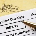 πληρωμή του λογαριασμού της πιστωτικής κάρτας στο χρόνο έννοια της οικονομικής υγείας — Φωτογραφία Αρχείου