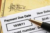 Mali sağlık zaman kavramı üzerinde kredi kartı fatura ödeme — Stok fotoğraf