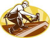 Pokrývač střešní pracovník pracuje na střeše — Stock fotografie