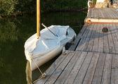 Eenzame boot door een eenzame pier — Stockfoto