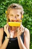 Donna mangiare pannocchia — Foto Stock