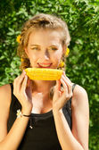 Woman eating corn-cob — Stockfoto
