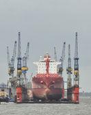 Wielki statek w porcie zadokować do naprawy — Zdjęcie stockowe