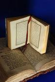 Antica bibbia e il corano — Foto Stock