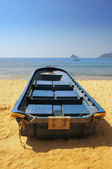 Blue rowing boat on shore — Stock Photo
