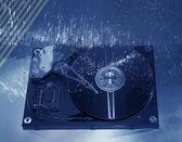 Ordinateur disque dur et des têtes sur fond de technologie fibre optique — Photo