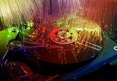 Disco duro de la computadora y cabezas en fondo de tecnología óptica de fibra — Foto de Stock