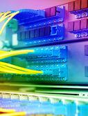 Sala de servidores de la red de comunicación e internet — Foto de Stock