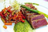 Half-roasted tuna with stewed vegetables — Stock Photo