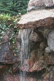 Steine und wasserfall — Stockfoto