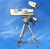 Tv profesjonalne studio cyfrowej kamery wideo na błękitne niebo — Zdjęcie stockowe