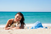Girl on the beach with a kitten — Stock Photo