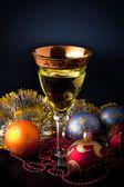 Koyu arka plan üzerinde bardaklarda şarap — Stok fotoğraf