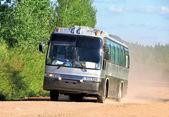 Buss på en dammig väg — Stockfoto