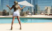 Blond på taket vid poolen — Stockfoto