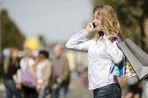 Frau auf städtischen straße mit einkaufstaschen — Stockfoto