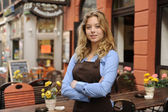 Waitress in front of restaurant — Stockfoto