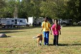 Kız kamp yaparken köpek yürümek — Stok fotoğraf