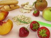 Kleine kinderen dieet met fruit, cookies en Haver vlokken — Stockfoto