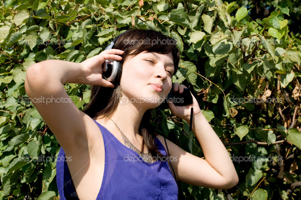 Girl listening music in headphones — Lizenzfreies Foto #6839544