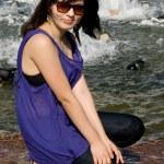 dziewczyna, chodzenie w pobliżu Fontanna w mieście — Zdjęcie stockowe