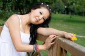 Güzel hamile kız parkta yürüyüş — Stok fotoğraf