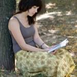 dziewczyna czytania książki w parku — Zdjęcie stockowe