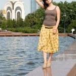 město dívka procházky venkovní — Stock fotografie #6902250
